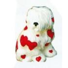 kleiner sitzender Hund mit roten Herzchen