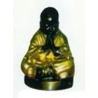 betender tibetischer Mönch mit braunem Gewand