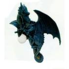 fliegender Drache als Lampe beschützt Kugel