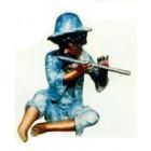 junges Kind spielt Flöte blau
