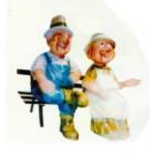 Oma und Opa sitzen beide auf Bank