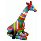 Giraffe sitzend bunt gestreift